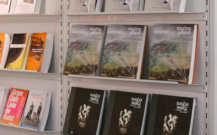 Eine Wand mit verschiedenen Publikationen