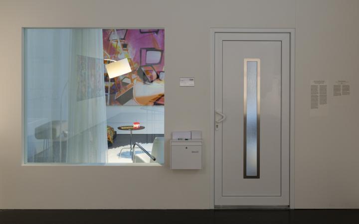 Eine installierte Hauswand mit Haustür und großem Fenster