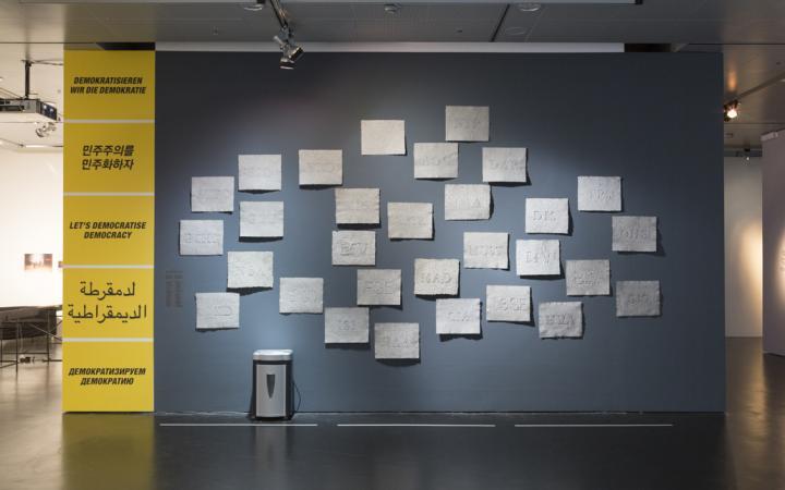 Eine Wand mit mehreren geprägten Papieren