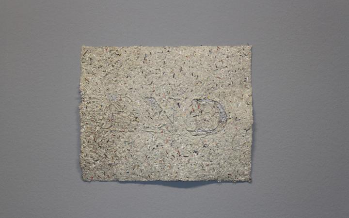 Ein grobes Stück geschöpftes Papier, auf dem BND geprägt ist