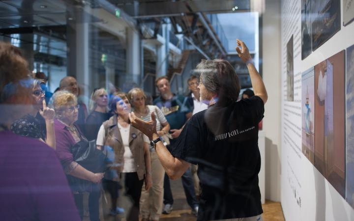 Menschen stehen vor einem Gemälde
