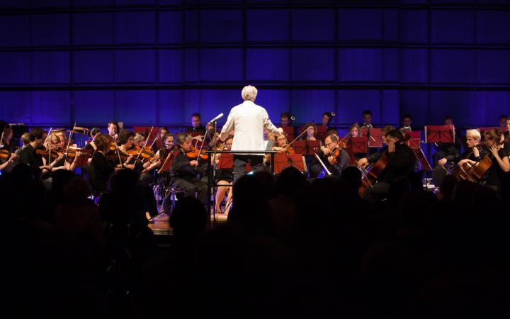 David Amram vor einem Orchester