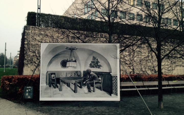 Ein großes Bildnis vor einer Parkbank