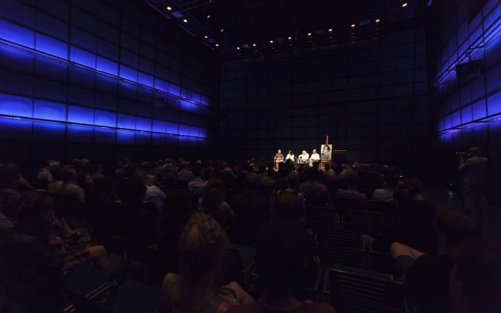 Vier Personen sitzen auf der Bühne