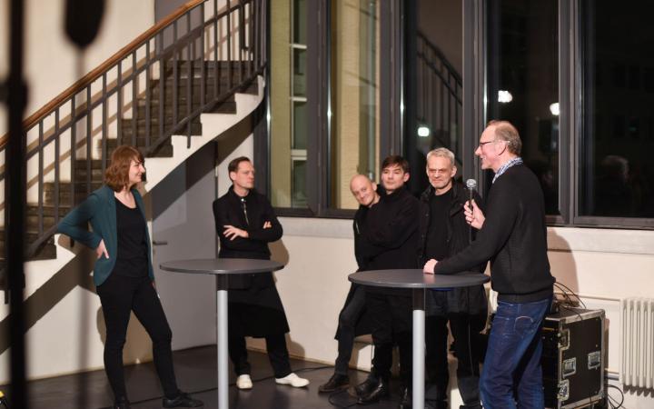 Sechs Menschen im Gespräch