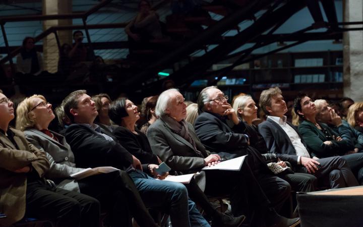 Das Publikum schaut nach oben