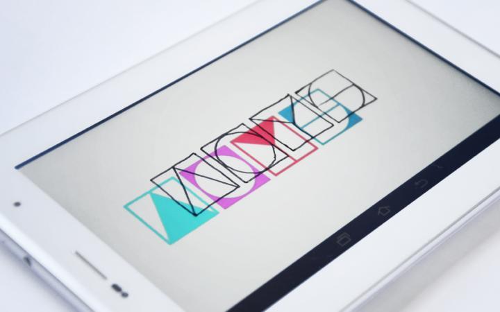 Tablet, auf dem das Logo von ArtOnYourScreen zu sehen ist