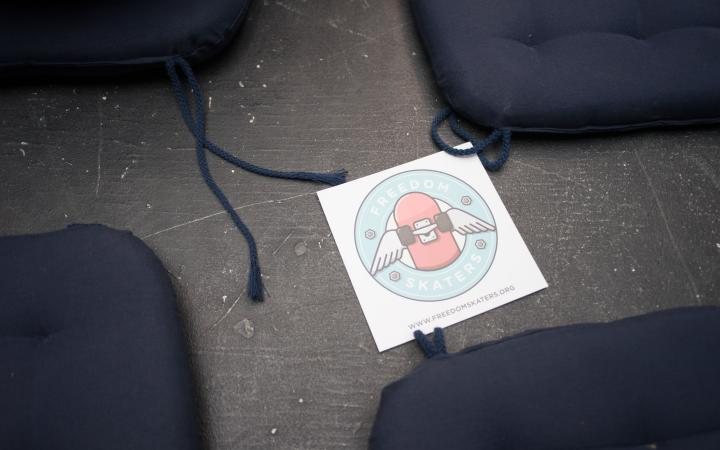 Ein Sticker mit dem Logo der Freedom Skaters