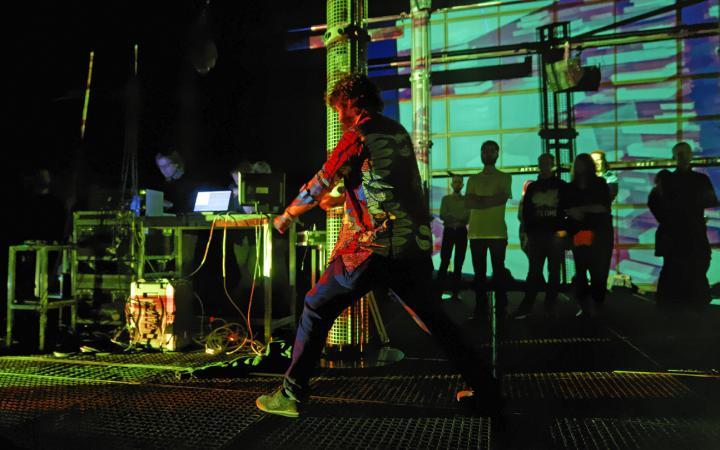 Ein Mann performt auf der Bühne