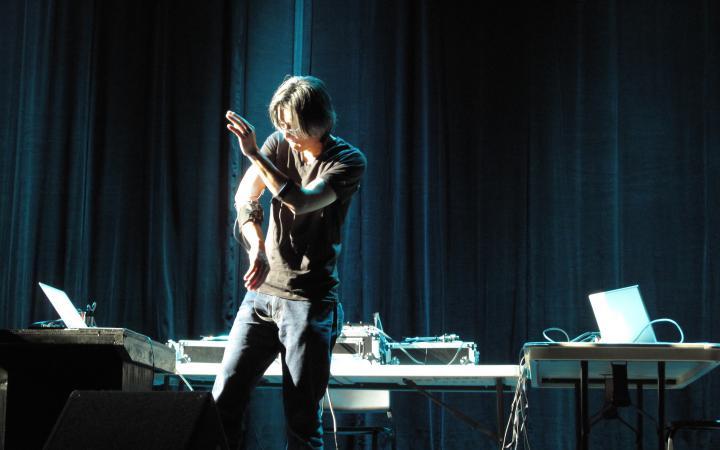 Ein Mann mit Elektroden an den Armen tanzt