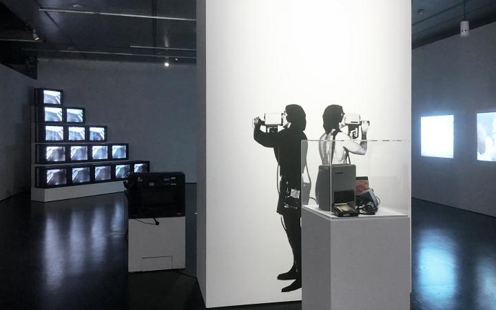 Blick in die Ausstellung »Radical Software«.