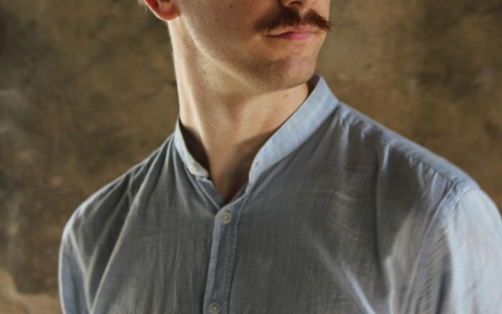 Das Foto zeigt ein Portrait von Dan Peter Sundland