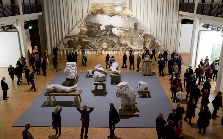 Das Bild zeigt eine Vorzeichnung und eine Skulpturanordnung von Markus Lüpertz