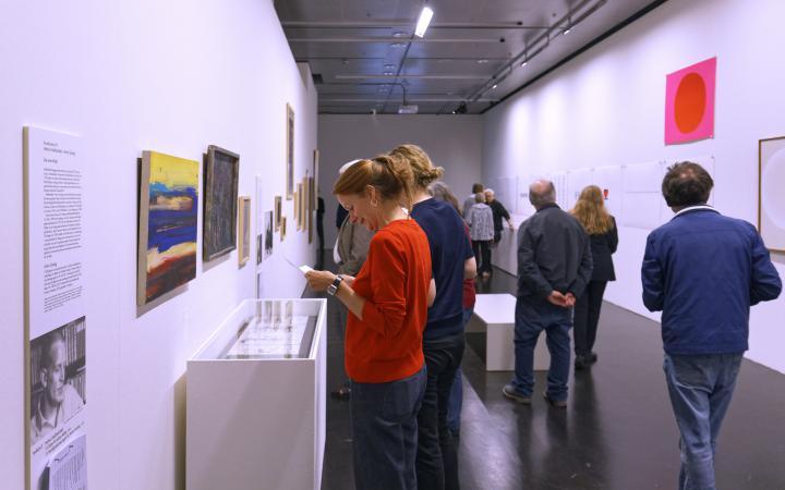 Visitor at the exhibition »Helmut Heißenbüttel: schreiben sammeln senden«