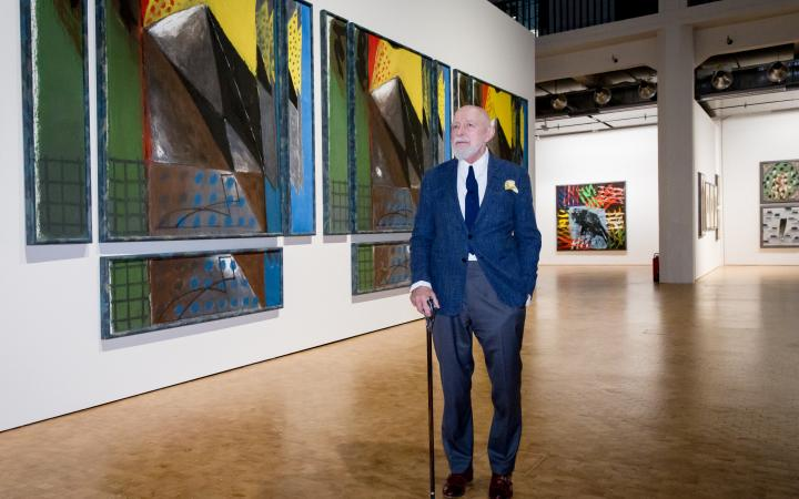 Markus Lüpertz is standing in front of a painting