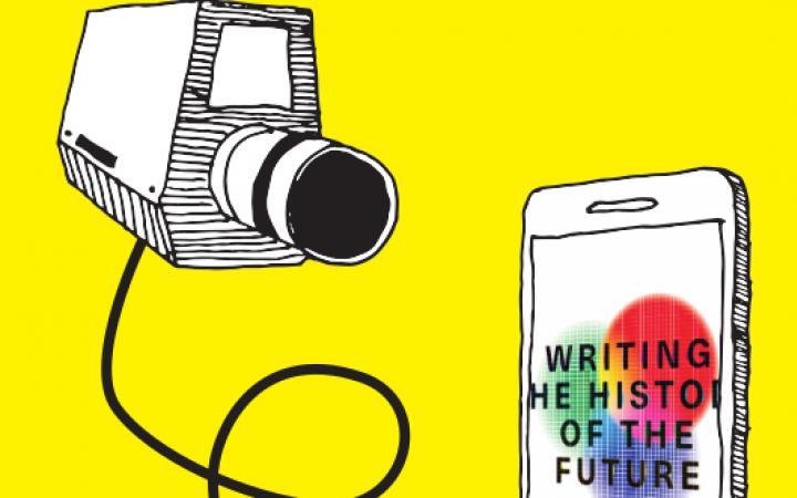 Das Logo der Ausstellung »Writing the History of the Future« ist auf dem Bildschirm eines gezeichneten Smartphones zu erkennen. Links daneben schwebt ein,e an jenes Smartphone per Kabel angeschlossene ,Videokamera.