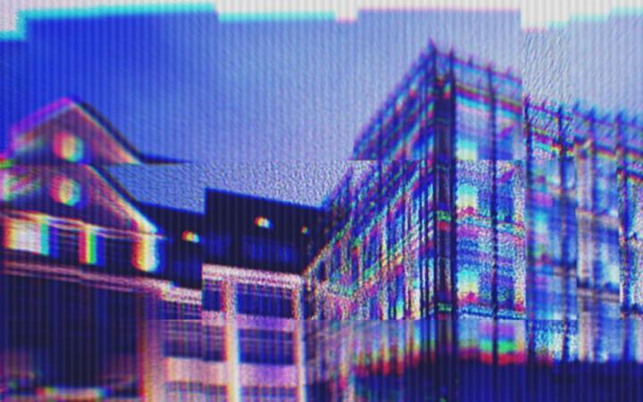 Ein digital verzertes Bild des ZKM Kubus, das am Abend aufgenommen wurde.