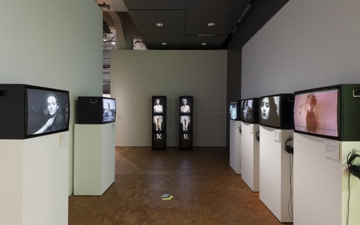 Blick in die Ausstellung auf verschiedene Franziska Megerts Installation »Das Spiel mit dem Feuer«
