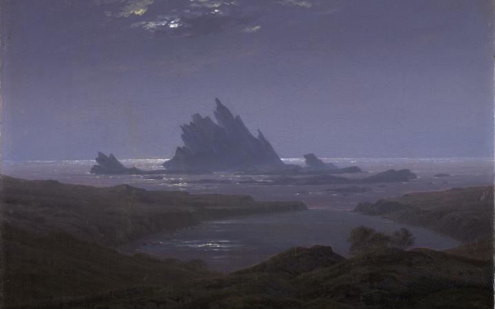 Gemälde in Blautönen. Im Vordergrund ist eine felsige Küste zu sehen. Im Hintergrund ein Felsenriff im Meer.