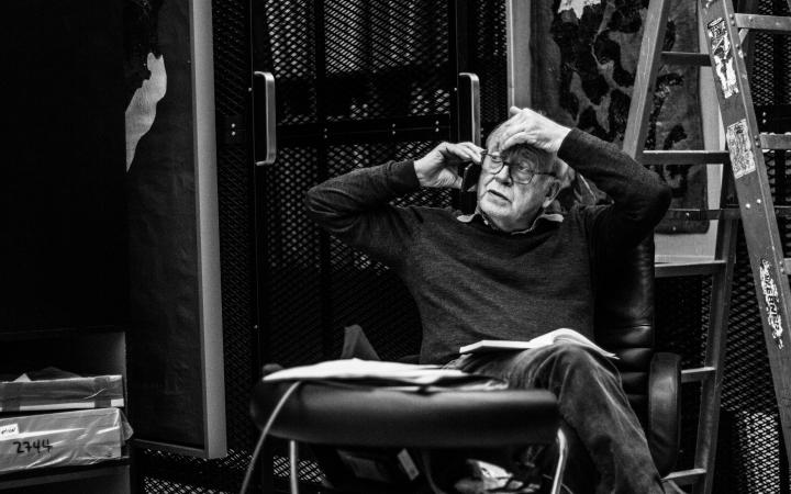 Das Foto zegt Regisseur Rudij Bergmann beim FIlmdreh von »The Art of Boris Lurie«
