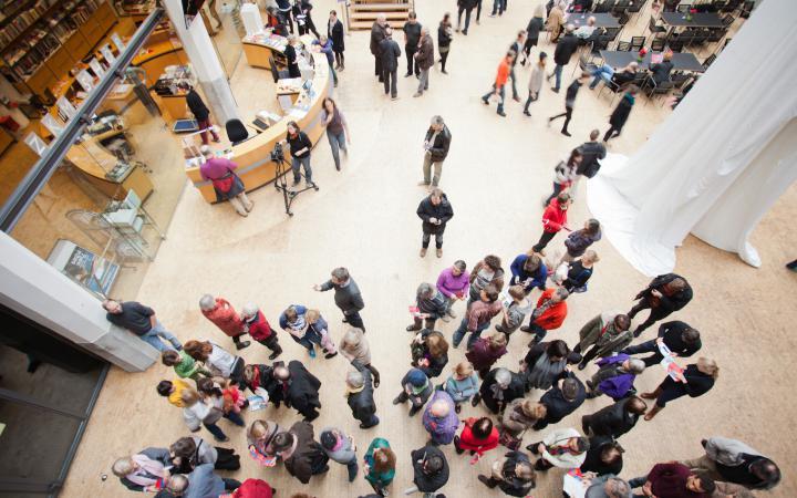 Besucher im ZKM_Foyer