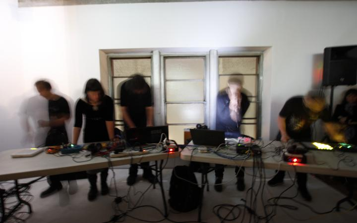 DJs musizieren zusammen