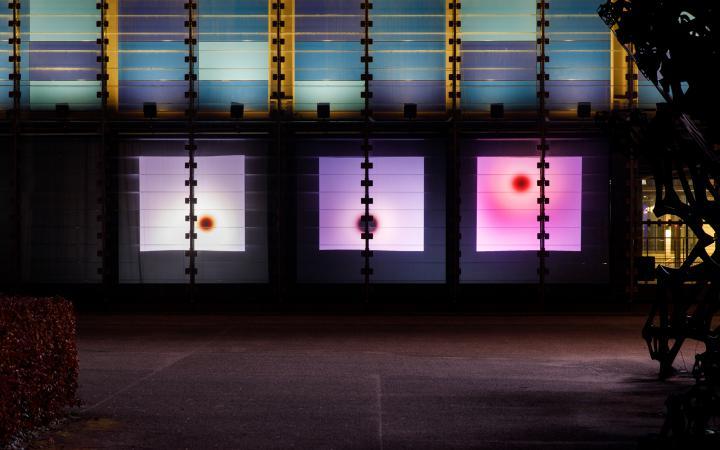 Zu sehen ist der ZKM Subkubus mit drei Projektionsflächen, auf denen Farben oszillieren.