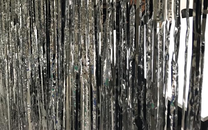 Foto eines silbernen Lametta-Vorhangs
