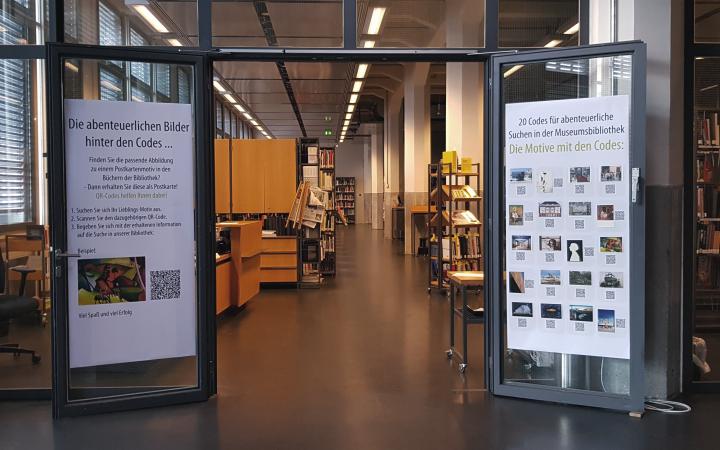 Eingang zur Bibliothek mit QR-Codes