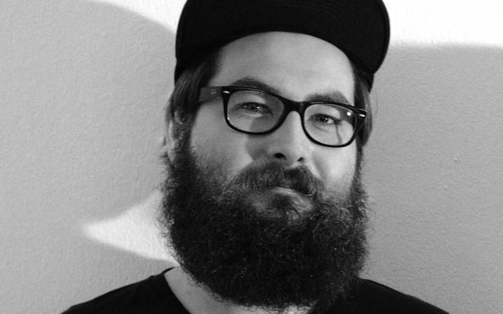 Schwarz-weiß Portrait eines Mannes mit Brille und Vollbart