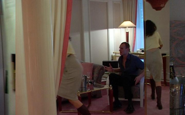 Das Bild besteht aus drei einzelnen Filmstills. Sie zeigen eine Hotelzimmertür, einen sitzenden, gestikulierenden Mann und eine Frau, die aus dem Zimmer läuft.