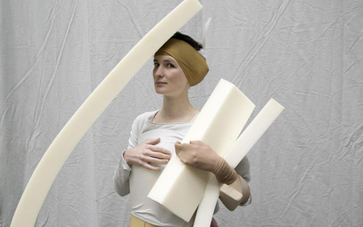 Zu sehen ist ein Portrait der Performancekünstlerin Mira Hirtz