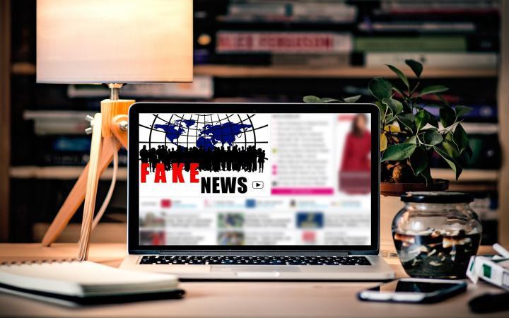 Ein Computerbildschirm, auf dem Fake-News steht.