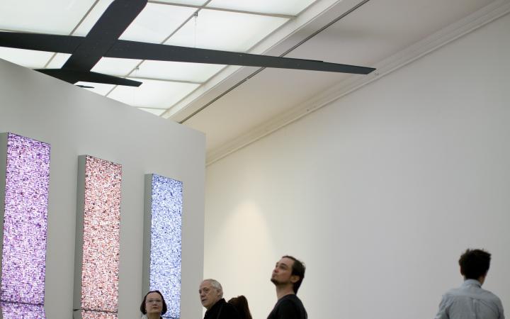 Besucher der Ausstellungseröffnung »Global Control and Censorship«