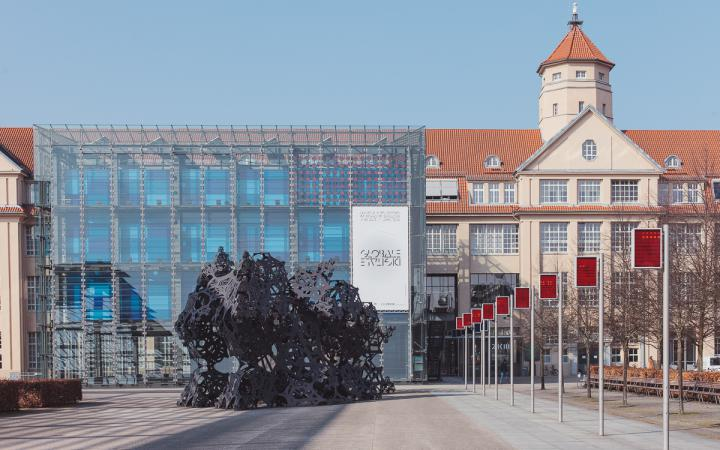 Glasgebäude mit weißem Banner mit Globale Schriftzug
