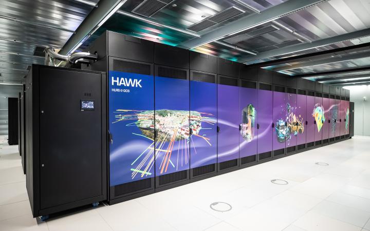 Auf dem Bild zeigt eine Reihe von Monitoren ein Kunstwerk.