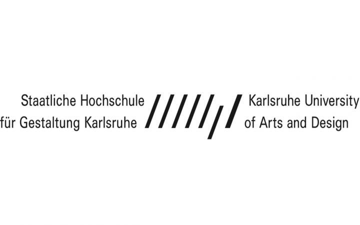 """Deutscher und englischer Schriftzug """"Staatliche Hochschule für Gestaltung Karlsruhe"""" und """"Karlsruhe University of Arts and Design"""", zwischendrin das Logo bestehend aus schrägen schwarzen Strichen"""