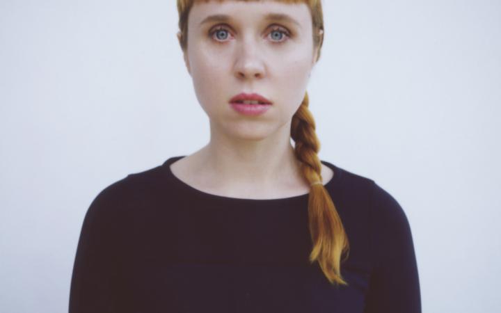 Porträt einer Frau mit langen, geflochtenen Haaren
