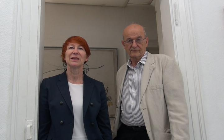Eine Frau und ein Mann schauen in die Kamera