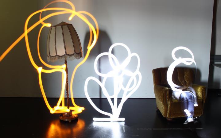 Eine Blume und weitere Formen wurden mit hilfe einer Taschenlampe und Langzeitbelichtung in einem Bild festgehalten.