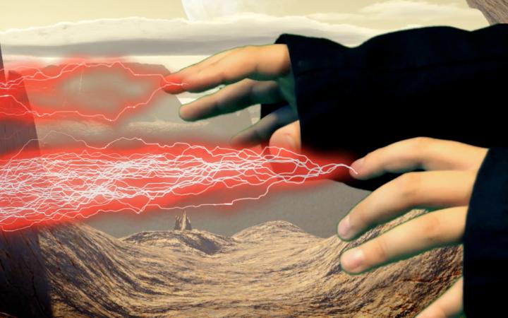 Standbild aus einem Film - Aus den Fingern eines Kindes scheinen rote Blitze zu kommen, ein Effekt, der mit einem Filmbearbeitungsprogramm hinzugefügt wurde.