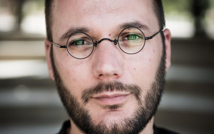 Portrait von Jonas Staal