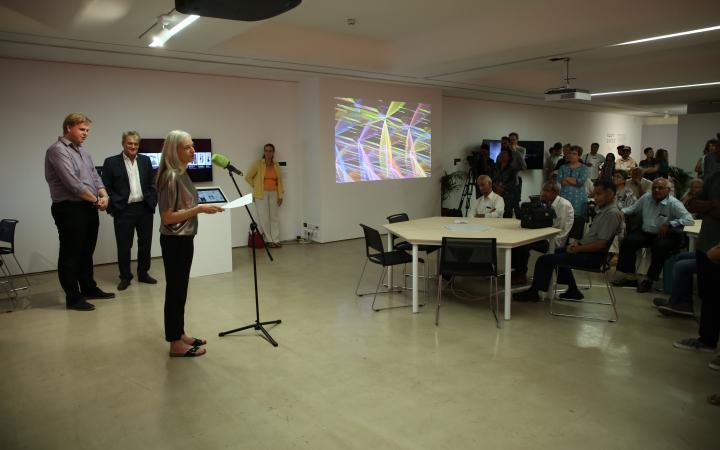 Christiane Riedel, Geschäftsführender Vorstand des ZKM, spricht bei der Eröffnung in Mumbai.