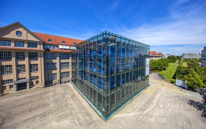 Eine Außenansicht des ZKM-Gebäudes im Sommer mit Kubus
