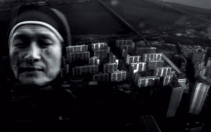 Die Schwarzweiß-Collage zeigt eine Nonne vor einer Vogelperspektive auf Wolkenkratzer.