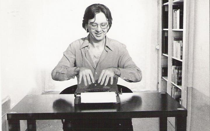 Schwarz-weiß Fotografie von Gerhard Johann Lischka am Schreibtisch mit Schreibmaschine