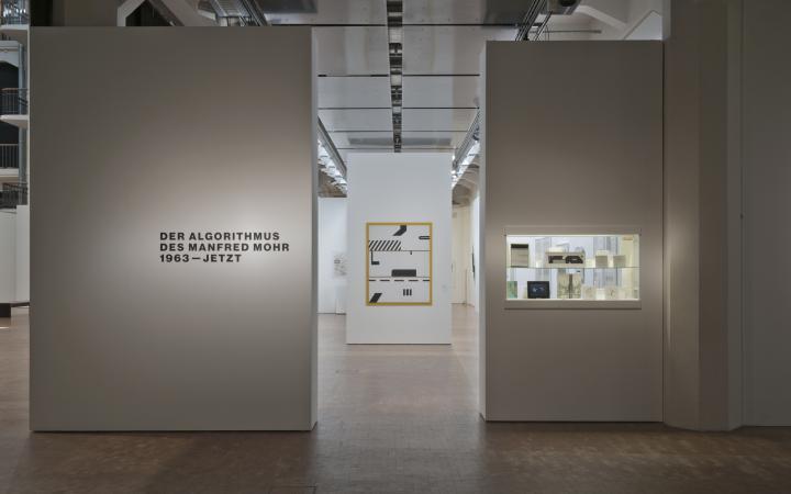 Blick auf den Eingang zur Ausstellung »Der Algorithmus des Manfred Mohr«