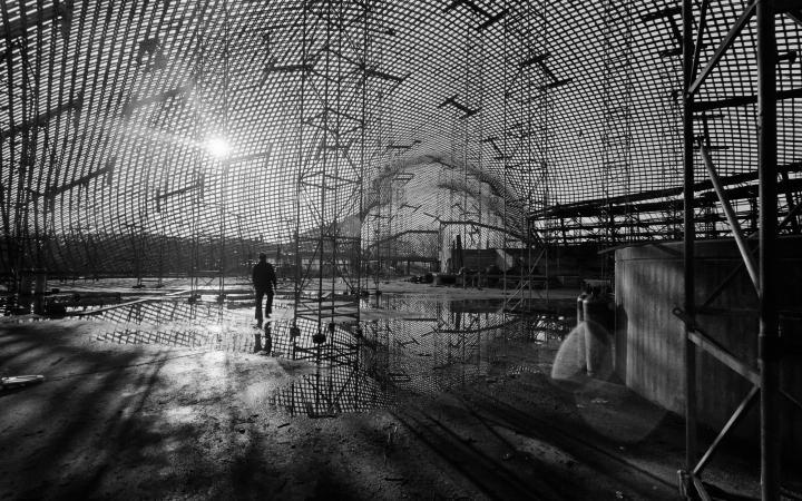 Innenaufnahme der Multihalle währende der Aufrichtung der Schale für die Bundesgartenschau 1975 in Mannheim