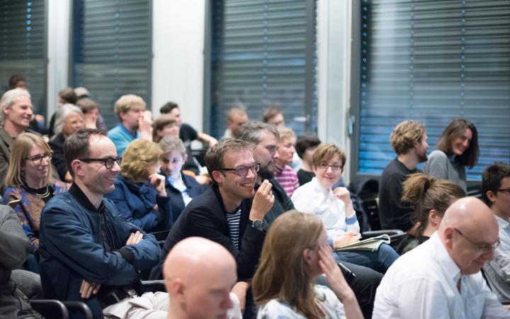 Das Bild zeigt das Publikum von »Net Activism – Net Demagogy«