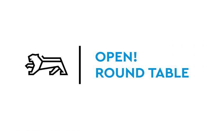 Text-Logo des Open! Round Table der MFG Baden-Württemberg in Blau mit einem schwarzen Löwen-Icon.